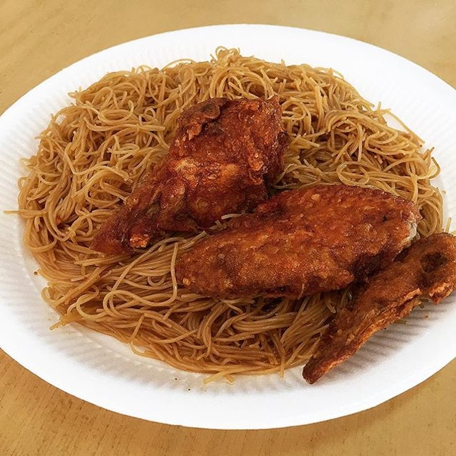 Economical Bee Hoon + Fried Chicken Wing @ Eng Kee Chicken Wings, Blk 117 Commonwealth Drive #01-711.