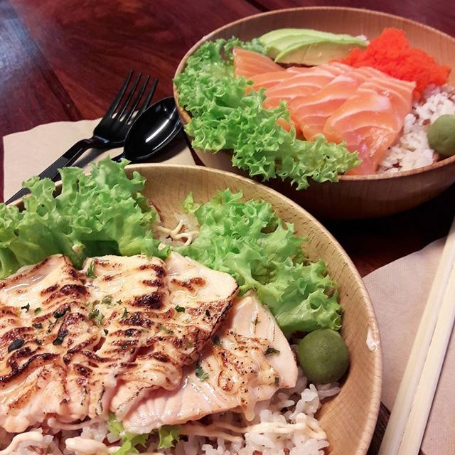 Thanks to @whatjeanneats who introduced me to this delicious bowl of awesomeness 😀 Each donburi costs just $9.90, but they give decent amount of fresh salmon slices and you get to choose between yuzu brown rice, udon noodle, or salad.