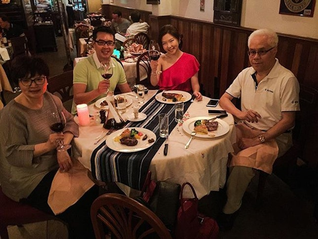 ⓒⓗⓘⓝⓔⓢⓔⓝⓔⓦⓨⓔⓐⓡ we are that family that eats Indian on Christmas Eve and Western for #cny 😜 wishing everyone the best of Health and Happiness 🙏💪🏻㊗️🍊having melt-in-my-mouth steak this year at The Tavern.
