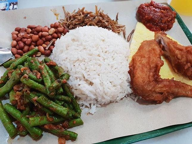 Nasi lemak ($4.30) 😋😋 .