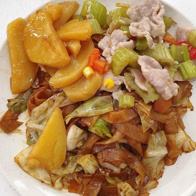 Piping hot fried kway teow ($2.80) 😋 .