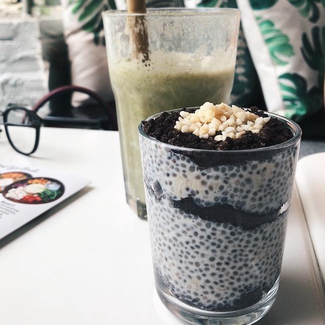 Choco Banana Chia Seed Pudding (RM14), Green Smoothie (RM12)