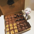 @luciacakes.singapore also baked for me a box of yummy brownies.