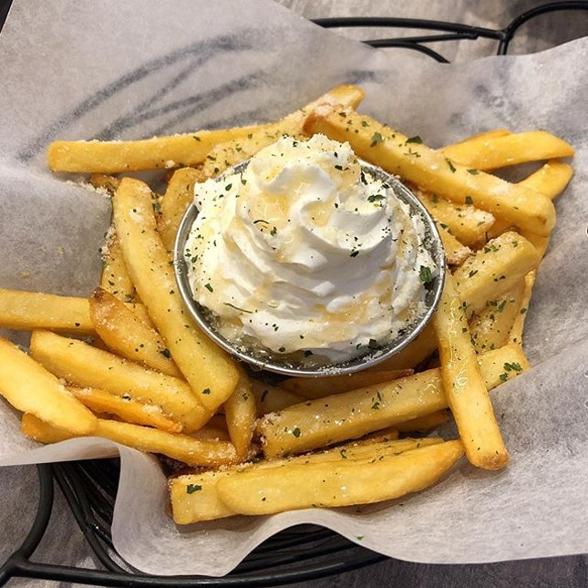 [Heavenly Fries-$6.80]  I have no idea why this was a chef-recommended dish to be honest because I definitely wouldn't recommend ordering these 😂 The fries are drizzled in honey and comes with whipped cream for you to pair your fries with.