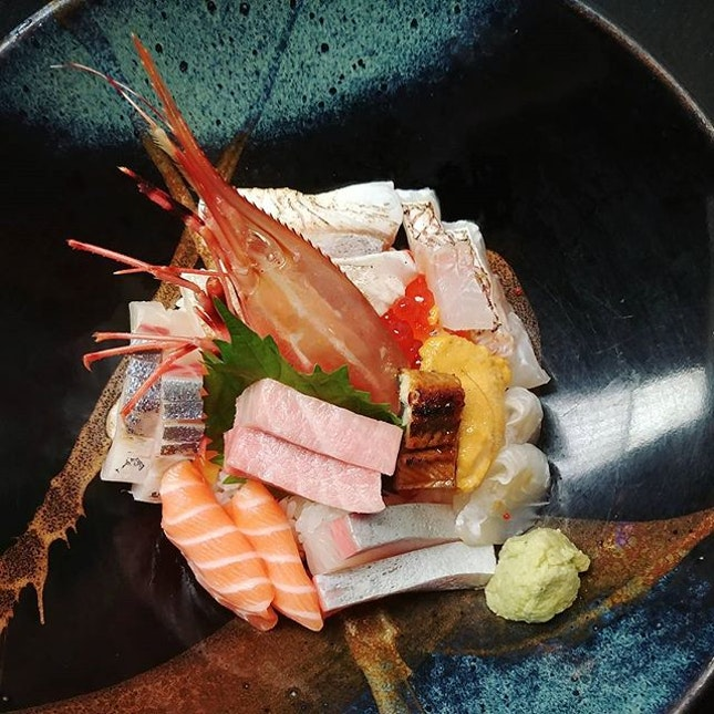 Chirashi Don at Mikuni Restaurant at the Fairmont Hotel Singapore 🇸🇬 .
