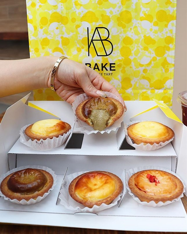 """🌻Happy sunday🌻 Just trying the new flavour available from my fav cheese tart @bakecheesetart_sg """"Houjicha"""" & """"Strawberry""""."""