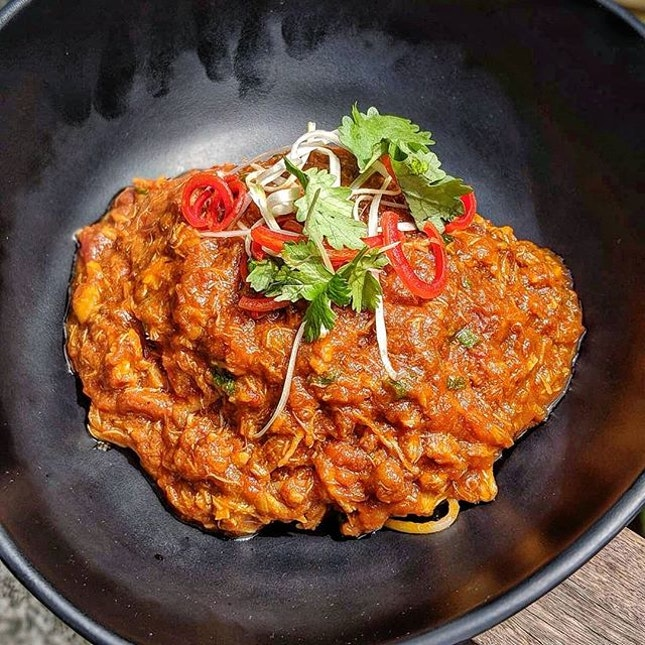 Fancy a bowl of Singapore Style Chilli Crab Spaghettini in their Home-made Sauce with hinge of Sweet, Spicy, Tangy & Gingery dangling in your palette😍😍😍 & a glass of Banana Almond to hit it off😋😋 * Singaporean & tourist all-time favourite dish is in @thehalia * What're you waiting for try it now!!❤🌶🦀🍝💛