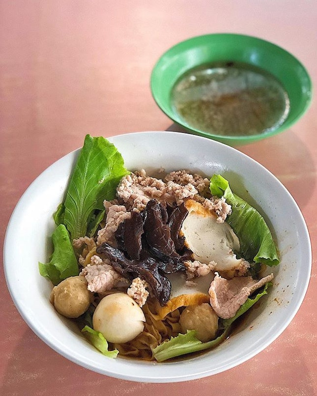 [Queenstown] The Minced Meat Noodles ($3/4/5) here at Lian Kee are mixed in a concoction which fluctuates unpleasantly between the sharp acidity of vinegar and the tartness of ketchup, which you can then wash down with the (surprisingly) peppery soup.