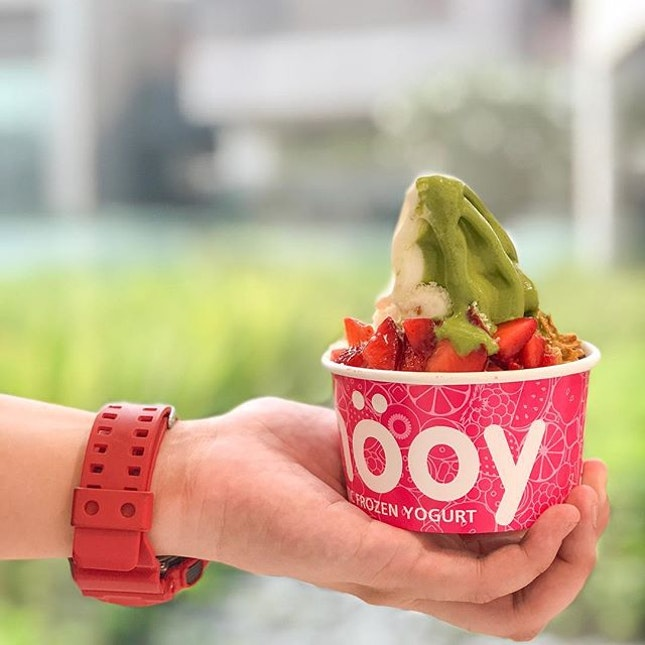 🍵 Classic Smöoy Matcha Froyo ($5.50) From a new collaboration with @matchayasg, @smooy.sg has come up with a new flavour for their froyo!