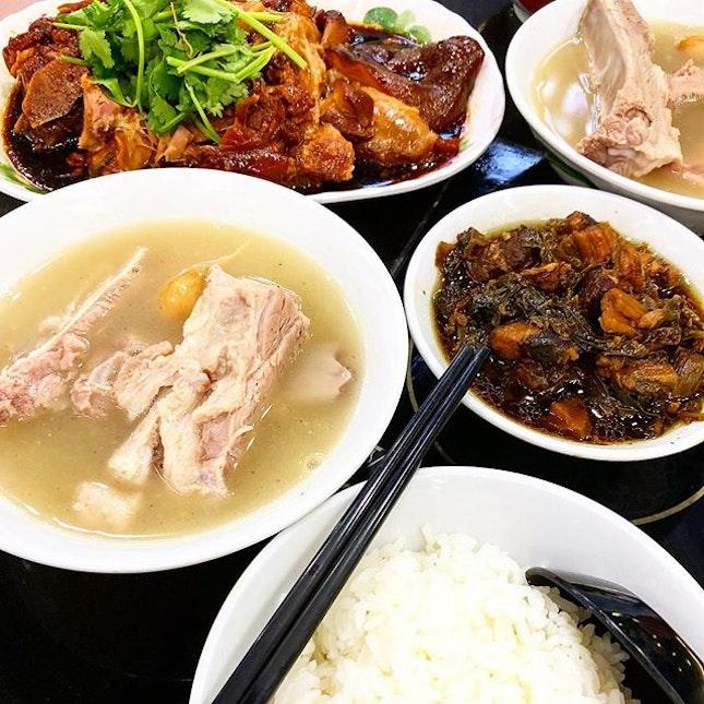 Comfort food on a rainy day #bakkutteh #bakkuteh肉骨茶 #comfortfood #sgfoodporn #foodphotography #foodstagram #sgfoodblogger #foodporn #sgfood #sgfooddiary #hawkerfood #burpplesg #burpple #sgfoodie