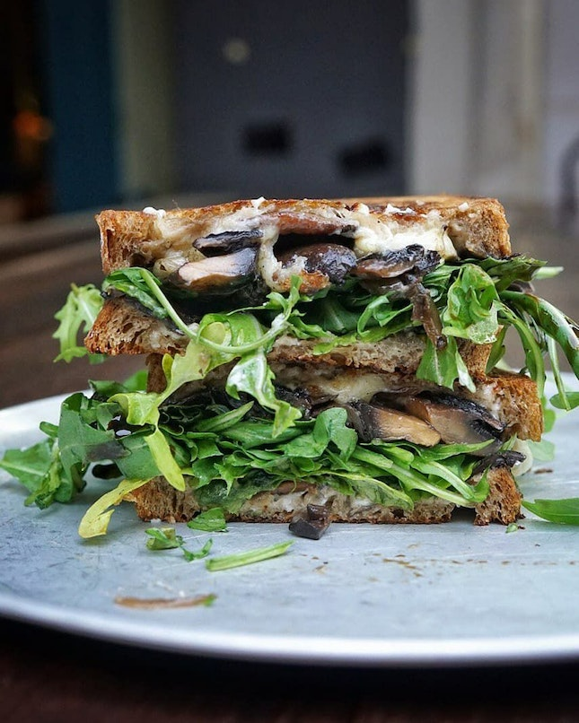 Is not a pretty sandwich, but it taste really good. Maybe I'm biased, coz I like mushroom, but I really enjoyed this sandwich