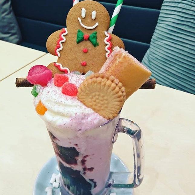 Two Hana Christmas Shakes,am having Sweet Potato Raspberry Shake.❤👍 @twohanasg  #littlesweetbonsbons #twohanasg #twohana #sweetpotatoraspberryshake #shakes #biscuits #gingerbreadman #wafer #cakes #mixdrinks #christmasdrinks #highlyrecommended #burpplesg #burpple