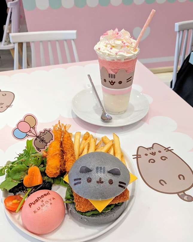 I went to the adorable pusheen cafe 🐈 and was overwhelmed by the pastel colours and the countless number of pusheens everywhere!