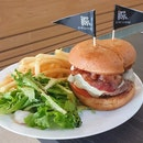Streaky bacon burger ($16.90) 🍔 8/10 Fries and salad (+$2.90) 🍟