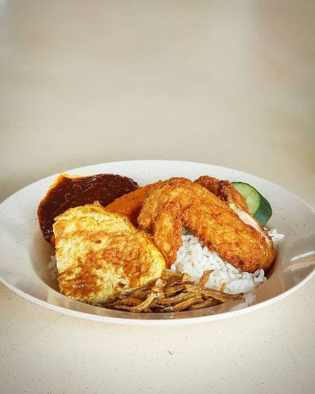 Classic, decent nasi lemak with crispy fried ikan bilis, juicy fried chicken wing and generous sambal chilli ticked the boxes.