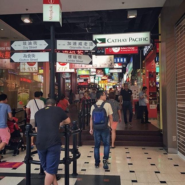 """""""Jurong Point の香港ストリート""""  Boon Lay というちょっと郊外にあるショッピングモール。  いつもタクシーで行ってたから気付かなかったけど、バードパークから194番のバスですぐとフォロワーさんに教えて頂き、バードパーク→ナイトサファリのはしごの間に一休みしに立ち寄りました。  ここのモールはなかなか面白くて、特に香港ストリートが雰囲気あって好き。  路線図も香港風?だし、トイレの案内もシュール。  最近だとTigerSugarが入ったことで少し話題になったでしょうか。  土曜日の16時頃という時間でしたが、オーダーまではほぼ並ばず、ドリンクの受け取り待ちが20人くらいで計20分待ちくらいで買えました。  緑に囲まれたここの虎マークが一番好き(笑)  #jurongpoint #boonlay @jurongpoint 香港ストリート #tigersugar #tigersugarsg #タイガーシュガー  #シンガポール生活 #シンガポールライフ #海外生活 #海外ライフ #singaporelife #シンガポールで子育て #海外で子育て #パールティー #バブルティー #タピオカミルクティー #pearlmilktea #bubbletea #burpple"""