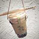 """""""Teapresso で淹れたてのバブルティー""""  313@サマセットにまた台湾から新しいお茶屋さんがやってきました!  ここは6種類のお茶(緑茶・オスマンサス烏龍茶・玉露・ブラックティー・ドンディン烏龍茶・カシアブラックティー)からベースを選んで、ミルクやクリーム、ムースを足してミルクティーにしたり、グリーンレモン、パッションフルーツ、マンゴーを足してフルーツティーにしたり砂糖の代わりに蜂蜜を入れたりができます。 トッピングはタピオカの他にもココナッツゼリー、仙草ゼリー、こんにゃくゼリーがあります。最後にシュガーレベルと氷の量を決めて好みのお茶をカスタマイズできるお茶屋さんなんです。  と言われても初めてでよくわからなかったので、スタンダードメニューからBubble Milk Tea $4.2 (シュガーレベル50%、アイス少なめ)をオーダーしました😂  特許を獲得したTeapressoで一杯一杯丁寧に淹れてくれるお茶はさすがの味わいでした!  シュガーレベルが100%-50%-0%という選択肢しかなく、50%だと甘党の私にはちょっと甘さが足りなかったけど、お茶がせっかく美味しいのでここはそのくらいの方がいいのかも。  タピオカはボバサイズでもちもち感もちょうど良くて美味しかったです。  オリジナルのカップとカップホルダーが可愛いのも印象的。  お店はオープンキッチンで清潔感があって、スタッフさん(多分めっちゃお茶に詳しい熟練者さん揃い)もフレンドリーで心地よかったです。  こういうお店でカスタマイズ自由自在になれたら格好いいなぁ。  #CHICHASanChen #chichasanchen #SanChensg #吃茶三千 @chichasanchen.sg #teapresso  #シンガポール生活 #シンガポールライフ #シンガポール #シンガポール在住 #シンガポール旅行 #lovesg #singapura #singaporelife #シンガポールで子育て #instasingapore #singaporeinsta #sgig #igsg #パールティー #バブルティー #タピオカミルクティー #pearlmilktea #bubbletea #burpple"""