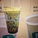 """""""This is first try brown sugar pearl soy milk"""" ・ 📌Jollibean ・ 豆乳好きの息子の本日のドリンクを探していたら、ブラウンシュガーの文字が飛び込んできたので、息子に便乗して。  Brown Sugar Pearl Matcha Soy $3.9 Banana Soyfreeze $2.5  抹茶と黒糖が合わないはずがない。 抹茶が意外にも濃い。ちょっと粉っぽい気もしたけど混ぜ方が足りなかったかな? タピオカもあまり期待はしてなかったけど結構もっちり。  Jollibeanは4枚目のMee Chiang Kuehしか食べたことなかったけど、よく見たらドリンクも種類が豊富で美味しそう。  息子は一生懸命背伸びしてドリンクを作ってる姿を観察していました(笑)  実は直前まで眠くて抱っこだった息子でしたが、豆乳で眠気もぶっ飛んで元気百倍になったのでした。  #豆乳好き男子 #牛乳より豆乳派  #jollibean @jollibean_sg  #シンガポールグルメ #シンガポール生活 #シンガポール #シンガポール在住 #シンガポール旅行 #lovesg #singapura #singaporelife #🇸🇬 #singaporeinsta #igsg #singaporeinsiders #brownsugarpearl #タピオカ #soymilk #bubbletea #burpple"""