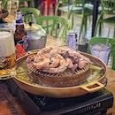 """""""I had lived in Bangkok before but I've never had this Moo-KaTa before."""" ・ 📌NEW UDON Moo-KaTa ・ バンコクに住んでたことがあるのに、一度も食べたことがなかったムーカタという、タイ式焼肉鍋。 タイ語で「ムー」は豚、「カタ」は浅い鍋。  というわけで、この日は朝からムーカタ。 朝ムーカタ(笑)  テレビを持っていないわたしは、最近皆さんの投稿でよく見かける「ゼロカロリー理論」がなんのこっちゃわからずにいたのですが、ご一緒したお友達に教えてもらいやっと認識。  で、言わせてもらいますと、ムーカタはまさにゼロカロリー。  肉の脂は下に落ちるし、その脂を受け止めたスープを結局は飲むわけだけど、スープは透明だからゼロカロリー。  いや、これは冗談抜きで超ヘルシー。  ほんでこの秘伝のタレがまた美味しいのってなんのって。  ゼロカロリーだしいくらでも食べれちゃう。  初めてでもセットで頼むと写真2枚目のセットが運ばれてくるのでオーダーも心配しなくて大丈夫。  基本的に肉と海鮮は上で焼いて、野菜や春雨はスープで茹でて、火が通ったら各自取り分けてタレをお好みで入れて食べる感じで、焼肉と鍋のいいとこ取り。  鍋奉行ならぬヌーカタ奉行(笑)の先輩方に教えて頂きながら楽しく美味しく頂くことができました。  飲み物も頼んでこれで1人$15。  ゼロカロリーな上にお財布にも優しい。  朝ムーカタ、全然イケます。 むしろムーカタ食べるなら朝でしょ。 ゼロカロリーだし。  #ゼロカロリー理論 #使いたいだけ  みど朝活隊はムーカタという新しいジャンルが開設されました。  #入隊者募集中  ちなみに店名のウドンはおうどんのことじゃありません。 タイにウドンタニーという地域があって、タニーは地域を表すので、タイ人はウドンタニーのことをウドンと呼びます。  #หมูกะทะ #อุดร #อุดรธานี  #ムーガタ #ムーカタ #mookata #タイ料理 #thaifood  #シンガポールグルメ #シンガポール #シンガポール生活 #シンガポールライフ#singaporelife #lovesg #singapura #singaporeinsiders #singaporeinsta #igsg #🇸🇬#sgfood#sgeats#sgfoodies#foodpics#burpple#sgfoodporn#eatoutsg#みど朝活隊"""