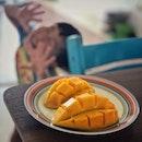 """Can you guess where does this mango come from?"" ・ 見た目Harumanisと一緒のこちらのマンゴー。 行きつけの激安フルーツ屋さんで1個$1のHarumanisの隣で1個¢50で売られていました。  タイ産だそうです。 タイ産のなんて名前のマンゴーだかは聞いても「タイ産だ!タイ産だ!」としか教えてもらえずわかりません(笑)  両方買って食べ比べてみましたが、切っても見た目はほぼ一緒。  タイ産の方が繊維質で食感に差があるものの、糖度は同じくらい。  マンゴー大好きの僕はこれで大満足。  安くて助かります。  #mango #mangothai #harumanis #manggaharumanis #mangolover #tropicalfruits #マンゴー #食べ比べ#南国フルーツ  #シンガポールグルメ #シンガポール #シンガポール生活 #singaporelife #シンガポール在住 #シンガポール旅行 #lovesg #singapura #シンガポール子育て #singaporeinsiders #singaporeinsta #igsg #🇸🇬 #sgfood#sgeats#sgfoodies#foodpics#burpple#sgfoodporn#eatoutsg  息子に「ママ、写真撮って!!」と言われて撮った写真の  #ピントがマンゴーに合ってたのは内緒 (笑)"