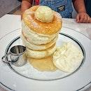 """""""The famous Japanese fluffy pancakes limited to 3 times slots per day."""" ・ 📌gram cafe & pancakes ・ 大阪発祥のふわふわパンケーキのgram。  日本国内でも北海道から沖縄まで全国に店舗を構え、海外では香港、タイ、アメリカに続いて、今回シンガポールにも一号店が今日オープンしました!  シンガポール初出店の場所はVivo City。  一番人気で目玉賞品のふわふわパンケーキは、11時、15時、18時1日3回各30食限定(1日90食限定)で、各回の時間前から並んで番号札をもらう必要があります。  初めて行った時(オープン初日)はすでに売り切れで番号札をゲット出来ず、他のパンケーキしか頼めずリベンジを心に決めていました。  いつかの週末の14:20頃着で8番目の番号札もらえました!  15時前に席に案内してくれて、20分くらいでパンケーキが運ばれてきました。  もう配膳の時点で倒れそう。  でも前のめりは嫌いじゃないよ。 倒れる時は前に。  #スポ根魂  ふるふるパンケーキは見たまんまのふわとろで、口に入れた瞬間トロけていっちゃう歯がいらない系。  並ぶところからだと1時間待って5分かからず完食(笑)  美味しいけど、時間指定があるのがやっぱりハードル高い。  6月にオープンしてもう結構経つけど、週末のふわふわパンケーキタイムの前は相変わらずの行列。  時間指定なくいつでも食べられるようになったらもっと気軽に食べられるんだけどなぁ。 ・ #gramcafeandpancakes @gram_pancakes_singapore #fluffy #souffle #soufflepancake #fluffypancakes #ふわふわパンケーキ #グラムパンケーキ #パンケーキタワー  #シンガポールカフェ#シンガポール生活 #シンガポール #シンガポール在住 #シンガポール旅行 #lovesg #singapura #singaporelife #シンガポール子育て #🇸🇬 #singaporeinsta #singaporeinsiders #igsg #singaporecafe #sgcafe#sweettooth #sgcafehopping #eatoutsg #foodpics #burpple #みど散歩"""