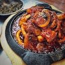 """""""My best Korean restaurant"""" ・ 📌HoHo Korean Restaurant ・ 激アツ SUNSET WAY ツアー 第2弾  HoHoの開店時間まで時間があったので、まずはサンセットウェイがどれだけアツイかをプレゼン。  お気に入りベーカリーやレストラン、カフェを散策。  中でも友達が興味津々だったのは、写真7〜9枚目の格安アルコール(笑)  サンセットウェイお初の友達にもサンセットウェイのアツさを感じてもらえたところで、オープンと同時に入店。  前回お持ち帰りしたキムチが美味しすぎて、滞在時間最大で45分でしたが、行きも帰りも走って行ってきました(笑)  入店と同時にオーダーしたのは、  Sundubu $15 Ojingeo-Samgyeopsal Bulgogi $25 Harmful-Pajeon $20 ・ どれも美味しかったけど、特にOjingeo-Samgyeopsal Bulgogiの破壊力がすごかった。 甘いコチュジャンのソースが万能でご飯がススムことは間違いなく、チヂミに付けても美味しいし、無人島に何持ってくかって聞かれたらコレ持って行きたいくらい(笑)  スンドゥブは海鮮のダシが効いてて深みのある味。 チヂミは外カリの中モッチモチ。  お馴染みのキムチと供にチャプチェ$18も持って帰りましたが、もう何食べても美味しい!  お持ち帰りキムチは1kgの販売もありますが、ちゃんと重さを計っている訳ではなく、1kgよりも少ないことが多いそうなので、1kg買うなら500gを2つがおすすめです。  #hohokoreanrestaurant @hohokorean #kimuchi #sgkoreanrestaurant #sgkoreanfood  #배추김치 #싱가포르 #싱가포르생활 #韓国キムチ #불고기 #순두부  #シンガポールグルメ#シンガポール生活 #シンガポール #シンガポール在住 #シンガポール観光 #シンガポールおすすめ #singaporeinsiders #travelsingapore #singaporetrip #sunsetwaysingapore #singaporelife #sginstagram #igsg #singaporediaries #sgfood #sgeats #sgfoodies #sgfoodstagram  #burpple #サンセットウェイ開拓部  詳細はブログ更新にて!  プロフィール @dorimingo813 のURLから飛べるので、よかったら覗きにきてくださいね。"""