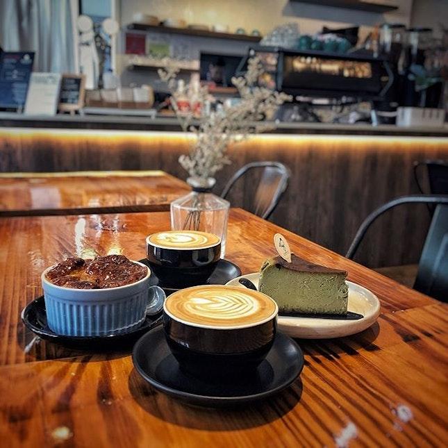 """""""Beautiful latte in Bukit Timah"""" ・ 📌FLAGWHITE ・ 美味しいラテに出逢いました。  惚れてしまう。  そしてB&BはBed & Breakfastだけでないことを学ぶ。  前回定休日で今日こそは!と事前に情報をチェックしてから向かった目的地はまたしてもClosed。  嘘っん。 クリスマス休暇1ヶ月も取るカフェある?  と言うわけでまたしても空振り。  でも空振り三振では終われない。 近くで気になるカフェが友達と一致! 行くしかないでしょ。  以前バスで通って気になりその場で旗を立ててた、ローカルに人気のカフェ。  入った瞬間、シンプルなのに細かいところまでこだわりを感じるオシャレ空間に心が踊り出す。  ショーケースの中を見て更にテンションが上がる。  ローカルに人気と言うダブルチーズケーキを頼むつもりだったけど、B&B Pudding $5を見て友達と頷く。  そのまま目線を下げたら、BURNT MATCHA CHEEZECAKE $8が目に入る。  ダブルチーズケーキから一気に予定変更。  こちらのB&Bはベッドでもブレックファーストでもなく、ブレッドとバターのことで、オーブンで焼いたとろとろフレンチトーストといった感じ。 温ため直してくれたのか、温かくて口の中でトロけるブリオッシュブレッドは大当たり。  抹茶バスクチーズケーキは、苦すぎず甘過ぎずなのにチーズは濃厚で、万人ウケしそう。  飲み物は色々気になったけど、初めてのとこだしとりあえずラテ $5を。  ってこのラテが素ん晴らしい。 なんと綺麗なフォームミルクよ。 キメが細かく、めちゃくちゃ滑らか。  エスプレッソマシンもスケルトンでめちゃくちゃカッコいい!  ティーセットはめちゃくちゃ可愛い。  終始「The」クリスマスソングが流れてることを除けば、どこを切り取ってもオシャレ。  クジラごトレードマークだから、ずっとFlag Whaleだと思い込んでたのは内緒。  #flagwhite @flagwhitesg #bukittimah #sgcafe #cafesingapore #sgcafehopping #sgcoffee #singaporecoffee #cafestagram #singaporetrip #travelsingapore #singaporeinsiders #singaporediaries #singapolife #singaporelifestyle #bandbpudding #matchacheesecake  #シンガポール #シンガポールカフェ #シンガポールおすすめ #シンガポール暮らし #シンガポール生活 #シンガポール情報 #シンガポール旅行 #シンガポール観光 #シンガポール在住  #シンガポールカフェ巡り #東南アジア生活 #burpple #みど朝活隊 #ブキティマ探検隊"""