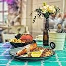 """""""5 Year Anniversary 50% OFF Promo"""" ・ 📌Boufe Boutique Cafe ・ Phoenix Park内Tanglin Roadの突き当たりにあるカフェ。  ケーキが有名なこちらのカフェですが、12/8〜12/15までの期間でたまたまメインの2品目が50%OFFになるという5周年のプロモーションをやっていたので、メインのフードから紹介します。 (ケーキは別途紹介します(笑)) ・ Salmon Turkish Couscous $22 Pink Impossible Burger $20.9 Flat White $5 Salted Caramel Latte $5.5 Irish English Breakfast $5 Mangosteen & Pear $5  ピンクのバンズはなんとドラゴンフルーツ。 熟したハラペーニョから作られるchipotleソースはなかなかのピリ辛だったので子供は食べれないかもしれません。  インポッシブルバーガーは2011年にサンフランシスコを拠点とするインポッシブル・フーズ社が開発した植物肉を使ったハンバーガー。 大豆ヘモグロビンのおかげで、今までの植物性代用肉にありがちなパサつきはなく、肉汁も脂も感じられて美味しいんです。 これならヴィーガンでなくても、肉を欲してるけど胃は疲れてる、という時などにピッタリ。  2品目50%OFFの対象となるメニューは、BRUNCH、MAIN、PASTA 、PLANT BASED内にあるメニューが対象となります。  プロモーションは12/15(日)まで。  お会計の時に50%OFFになっておらず、聞いたら対応してくれたので、支払い時に50%OFFになっているか確認した方がいいかもしれません。  店内は映えポイントが多く、メニューにまでインスタグラムマーク(映えるメニュー)の記載があってびっくり。  ただMRT駅からは遠く、Phoenix Parkは入り口が1つしかなく、最寄りのバス停からも結構歩くので、タクシーがおすすめです。  ちなみにRedhill駅までgrabで$6でした。  店内は広くベビーカーごと入店可能でベビーチェアもありました。  デザート編につづく(笑)  #boufeboutiquecafe #boufesg #boufe #boufecafe @boufesg #impossibleburger #sgcafe #cafesingapore #sgcafehopping #sgcoffee #singaporecoffee #cafestagram #singaporetrip #travelsingapore #singaporeinsiders #singaporediaries #singapolife  #シンガポール #シンガポールカフェ #シンガポールおすすめ #シンガポール暮らし #シンガポール生活 #シンガポール情報 #シンガポール旅行  #シンガポール在住  #シンガポールカフェ巡り #シンガポール子連れ #シンガポール子連れカフェ #シンガポール女子旅 #burpple #みど朝活隊"""