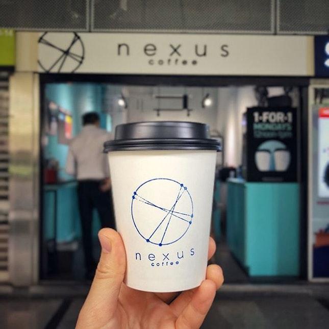 📌nexus coffee ・ Matcha Latte $5 ・ ダンジョンパガーのInternational Plaza 1階の外に面した小さなテイクアウト専門のターコイズブルーが可愛いコーヒースタンド。  コーヒーはエスプレッソ1種類とフィルターコーヒー(エアロプレス)4種類が2.3週間毎に入れ替わるようで、いずれもシングルオリジンコーヒーなんだそう。  わたしが頼んだ抹茶ラテは行ったことはないんですが、マリーナベイにあるThe Matcha Projectので、宇治抹茶を使用しているそう。  最近シンガポールで飲む抹茶ラテのレベルがどんどん上がってきていると感じます。  とか偉そうに言うほど日本で飲んだことがある訳ではありませんが、海外の抹茶も今やなんちゃってではない本格派が増えてきているのは確かだと思います。  #nexuscoffee @nexuscoffeesg #thecommunitycoffee @thecommunitycoffee #thematchaproject @thematchaproject  #singleorigincoffee #シングルオリジンコーヒー #sgcafe #cafesingapore #sgcafehopping #sgcoffee #singaporecoffee #cafestagram #singaporetrip #travelsingapore #singaporeinsiders #singaporediaries #singapolife #シンガポール #シンガポールカフェ #シンガポールおすすめ #シンガポール暮らし #シンガポール生活 #シンガポール情報 #シンガポール旅行  #シンガポール在住  #シンガポールカフェ巡り #burpple #みど散歩