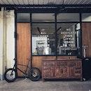 📌THE ANNEX & THE ROASTERY & THE BEER STALL ・ コーヒーバーの隣にはPAPA PALHETAのTHE ANNEXと言うのショップがあり、PPP CoffeeやMAROUのチョコレートやMINOR FIGURES COFFEEのドリンクやコーヒー器具などの試食や試飲、購入ができます。  その向かいにはビールストールとロースターがあって、コーヒーのいい香りが充満しています。  コーヒーバー内にお洒落な階段があるので2階に上がろうとしたら、2階はワークショップスペースにらなっているとのことで、店内にスケジュールが張り出されていました。  面白そう。  #chyesenghuathardware #cshhcoffee #cshh @cshhcoffee #pppcoffee #papapalheta @ppp.coffee @papapalheta #marouchocolate #minorfigures @minorfigures  #sgcafe #cafesingapore #sgcafehopping #sgcoffee #singaporecoffee #cafestagram #singaporetrip #travelsingapore #singaporeinsiders #singaporediaries #singapolife #シンガポール #シンガポールカフェ #シンガポールおすすめ #シンガポール暮らし #シンガポール生活 #シンガポール情報 #シンガポール旅行  #シンガポール在住  #シンガポールカフェ巡り #burpple #みど朝活隊