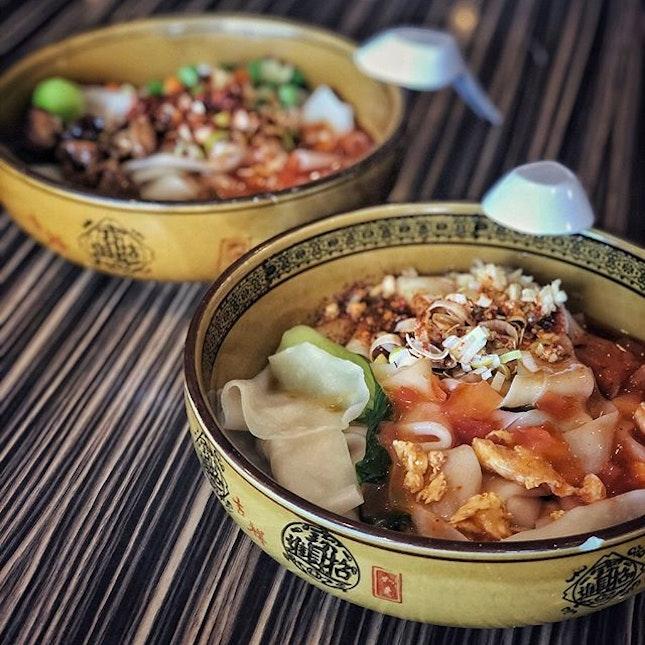 📌XI'AN CUISINE ・ biangbiang面 $5.5 西安招牌拌面 $6 ・ シンガポールでビャンビャン麺と言えばトアパヨが有名ですが、ジュロンイーストでも食べられるんです。  MRTジュロンイースト駅の下のフードコートに西安料理店があるんです。  レシートくらい太くて平らな麺は一本で繋がっていてちょっと食べづらいんですが、もっちもちでクセになる美味しさ。  もちもち麺が好きな人はビャンビャンすべし。  香港カフェからのハシゴとも最高の相性でした。  #xiancuisine #jurongeastmrt #biangbiangnoodles #biangbiang面 #biangbiangmian #ビャンビャン麺 #singaporetrip #travelsingapore #singaporeinsiders #singaporediaries #singapolife #singaporefood #singaporefoodie #singaporefoodlover #xiannoodles #singaporenoodles #xianfood #singaporegourmet  #シンガポール #シンガポールグルメ #シンガポールランチ #シンガポールフードコート #シンガポールおすすめ #シンガポール暮らし #シンガポール生活 #シンガポール情報 #シンガポール旅行  #シンガポール在住 #burpple #みど朝活隊