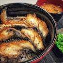 📌築地鰻大王 ・ Sushi Unagi Don $12 ・ J-Cubeのドンキのフードコート。 ジュロンイーストにはドンキが2つありますが、フードコートに関してはJ-Cubeの方が良き。 今回は鰻大王というお店でが寿司鰻丼ご半額のプロモーションをやっていたのでお試し。 普通に美味しかったけど、寿司だから鰻も薄くて、写真じゃわかりにくいかもしれませんが丼がかなり小さいので、食べ応えがありませんでした。 やっぱり鰻は肉厚でふっくらのがいいかな。 それでも$12ならお得だし、他にもプロモーションしているメニューがあったので、お試しには今がチャンスかも知れません。  写真はありませんが、娘が食べたけいすけの豚骨ラーメン(煮卵付き)$11.9も背脂系の濃厚スープで美味しかったです。  まだ食べてないお店もありますが、今のところここで食べるならSABARが一番のおすすめです。  #unagisushi #unagidon @donkisg @jcube_mall #鰻寿司 #ドンドンドンキ #dondondonki #dondondonkisg  #シンガポールグルメ#シンガポール生活 #シンガポール #シンガポール在住 #シンガポールおすすめ #シンガポール暮らし#シンガポール情報 #シンガポール旅行 #シンガポール観光 #シンガポール女子旅 #シンガポール子連れランチ  #singaporeinsiders #travelsingapore #singaporetrip #singaporelife #sginstagram #igsg #singaporediaries #sgfood #sgeats #sgfoodies #sgfoodstagram  #burpple #みど散歩