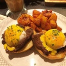 🐰 Egg Benedicts with juicy steak and spicy roasted potatoes 🔥 (S$21++).