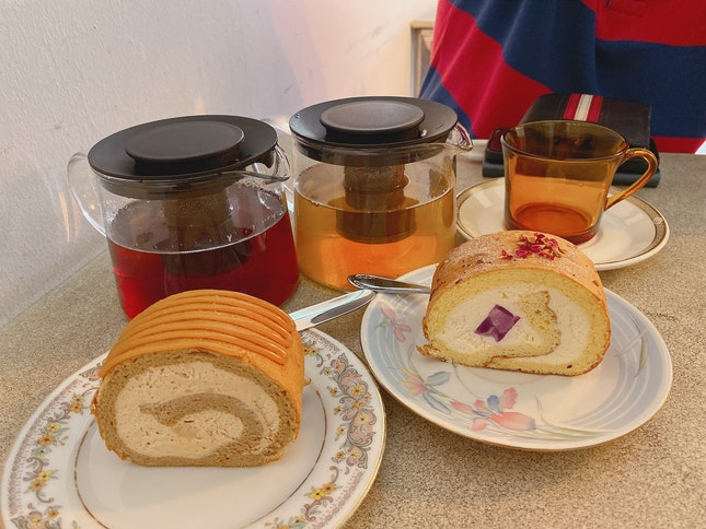 Swiss Roll Set With Tea