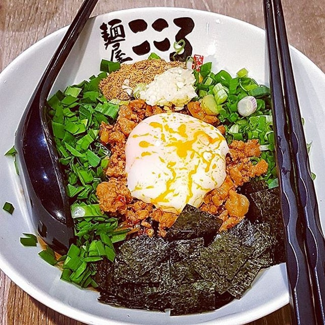 The Spicy Maze Soba ~ topped with special spicy oil , chives , seaweed , poached egg , chopped garlic ,uniquely flavored  minced meat and ground Saba fish powder ,  my fav currently, mixed them well and remember to add the vinegar !