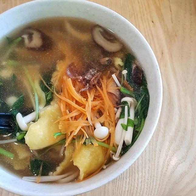 _ 🍄🥕👍🏻😋 _  A refreshing vegetarian bowl of Pumpkin Mee Hoon Kuay 手撕黄金面粉粿 ($8.90) from @idealitesingapore.