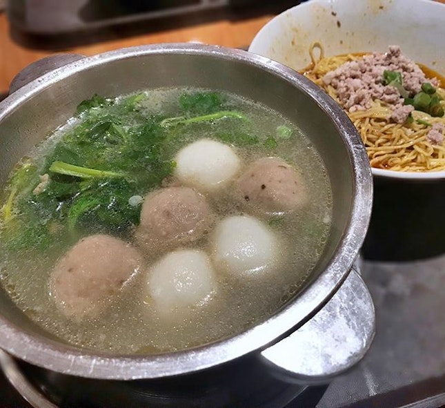 【Watercress Soup w/ Mee Kia】$6.80 for a mini wok of watercress soup which consist of 3 meatballs and 3 fishballs, and a bowl of mee kia..😐 #lamskitchen #foodstagram #chinesefood #foodporn #instafood #instafoodie #sgfood #sgfoodies #burpple #burpplesg #CHlunchkakis