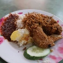 Everyone who frequents Changi Village would know about the nasi lemak served at Mizzy's Corner.