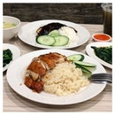 We always appreciate a mouthwatering plate of roast chicken rice; it's a singaporean classic that we always turn to when we don't know what else to eat.