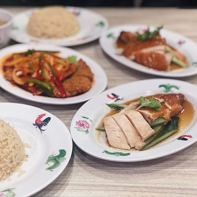 📍wee nam kee; singapore📍chicken rice & hainanese pork chop • our fave chicken rice ever 💕💕💕 the fact that all it's branches are situated in an air-conditioned area played a big part (i think).