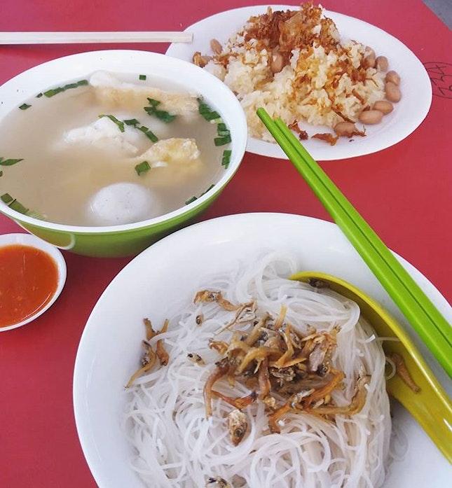 😁 Ikan Bilis Yong Tao Foo and Glutinous Rice for breakfast in Chinatown.
