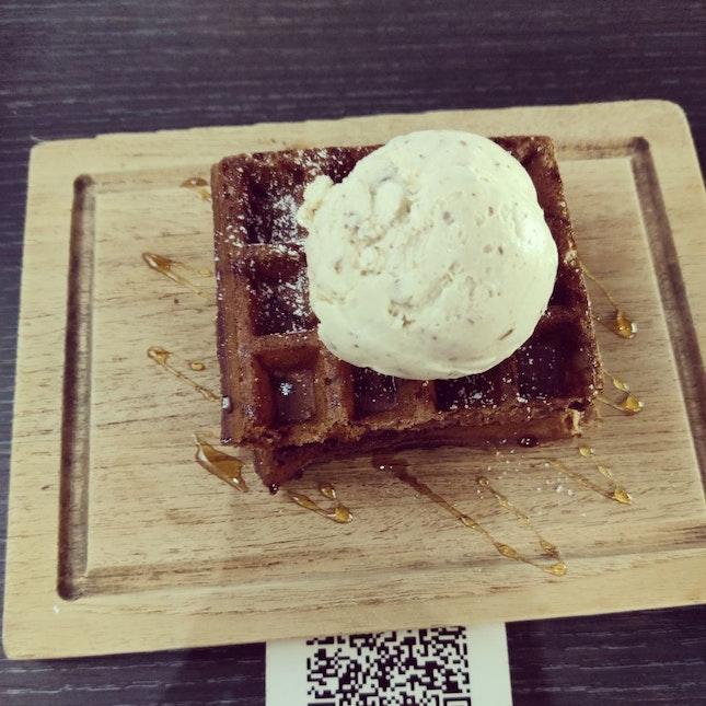 Premium Butterscotch Pecan Ice Cream With Cookies & Cream Waffle