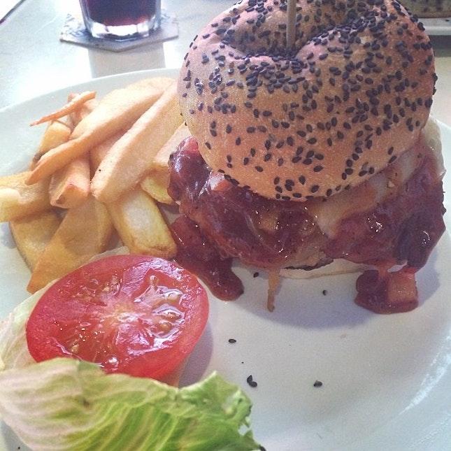 Custom Burger (Pork Patty, bacon, guacamole,  caramelized onions, Pineapple, Jalapeño, Mozzarella Cheese and BBQ Sauce)  #cheatday #burger #foodporn #food #instafood #fat