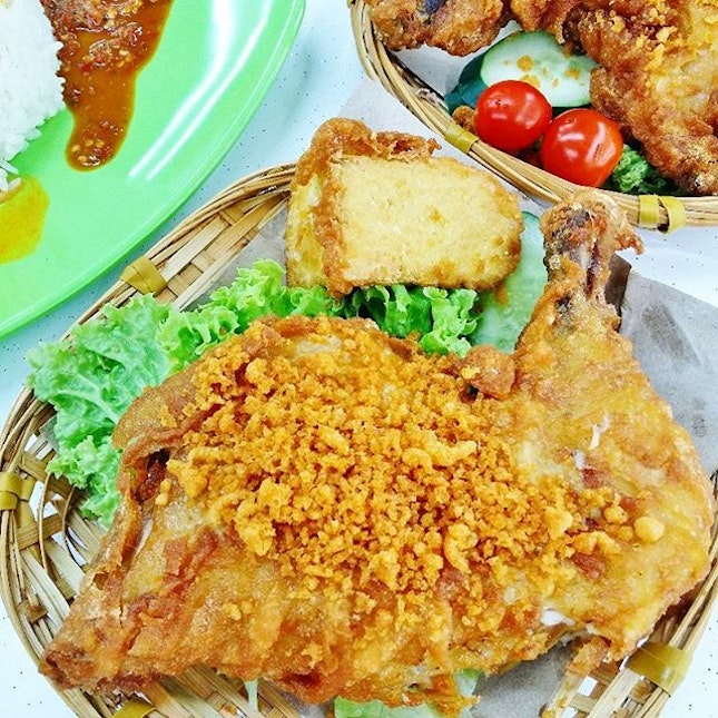 [Uncle Penyet Fusion] For S$6.50, you get a huge & crispy fried whole chicken leg, fried tau kwa, rice doused with a piquant curry gravy and a fiery hot sambal belacan which is to die for if you love chilli.