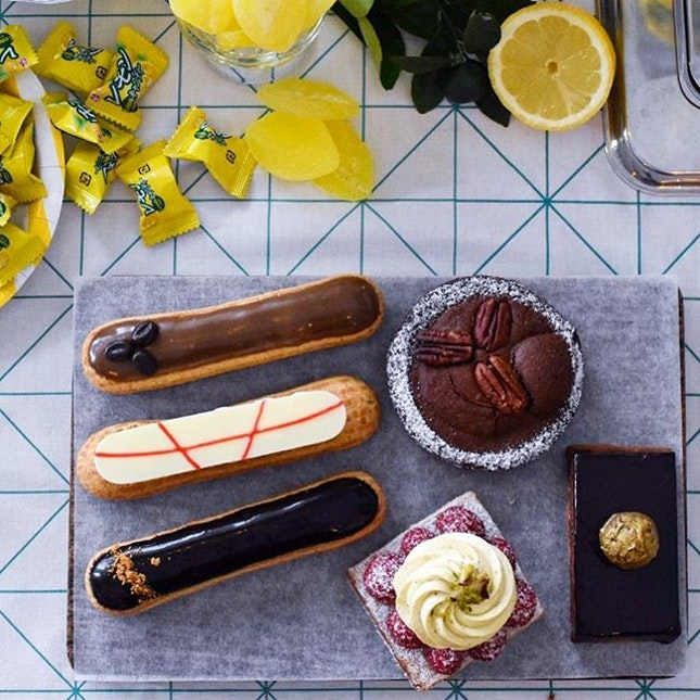 Besides the super citrusy lemon tarts, @tiongbahrubakery has dished out 8 OTHER NEW DESSERTS, made from quality butter, flour and CHOCOLATE from France!
