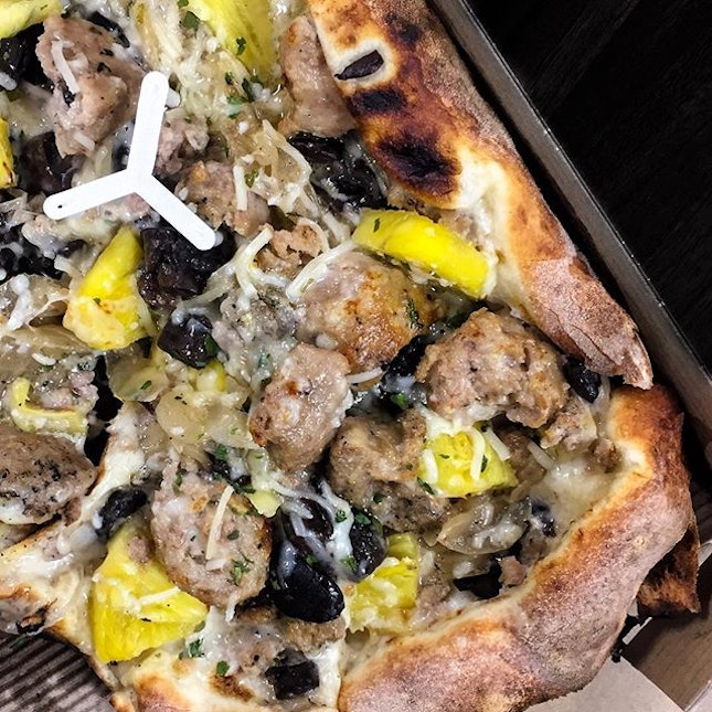 My all time favorite TRUFFLE SHUFFLE from @altpizza with added meatballs and pineapples.
