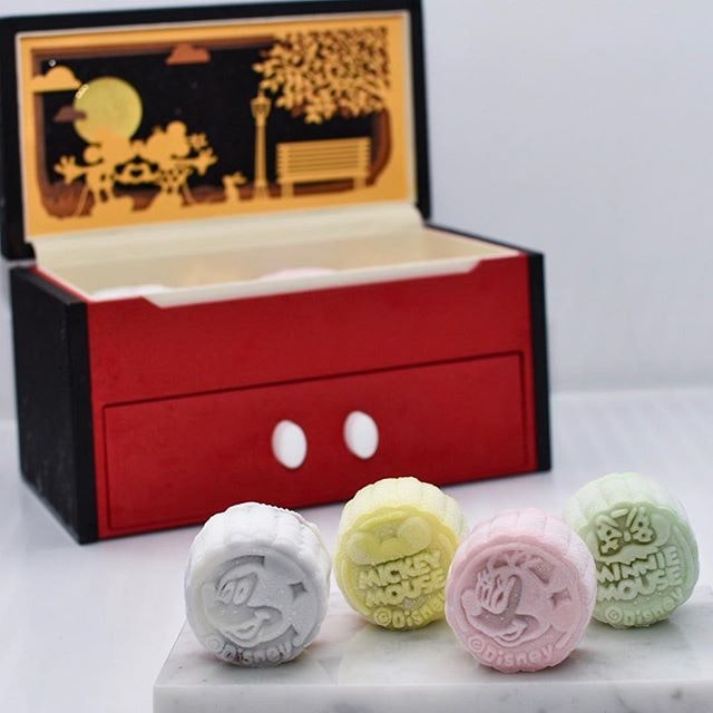 @crystaljadesg still has the best mooncake box design this year, and they've got amazing snowskin flavors like  1) MOLTEN CENTRE RASPBERRY TRUFFLE W WHITE LOTUS,  2) CHOCOLATE YUZU, 3) PANDAN LOTUS GULA MELEKA AND  4) CHOCOLATE MANUKA HONEY.