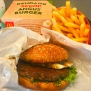 美味仁当牛肉汉堡 Rendang Sedap Angus Burger 😋 Hari raya special $6.95 Taste good and not spicy 😄 .