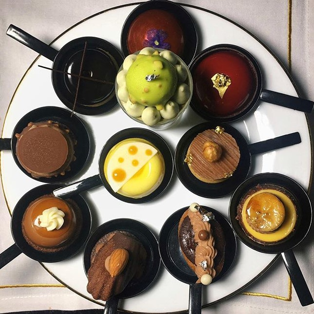 Just thinking about these sweet treats that I scoffed down like a greedy Augustus Gloop several nights ago at Tea Lounge, Regent Singapore.