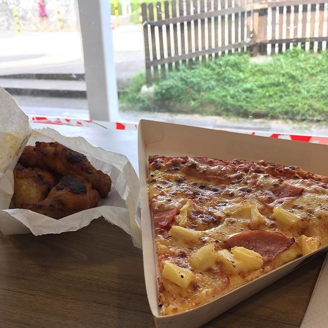 Nothing beats a nice slice of Hawaiian pizza and spicy drumlets from pizza hut  #comfortfood #pizza #pizzahut #hawaiianpizza #burpple #burpplesg #bukitbatok